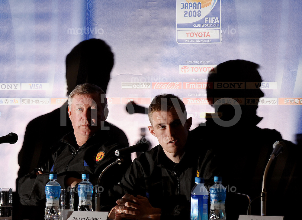 Fussball International FIFA Club WM Japan 2008     16.12.2007 Pressekonferenz Manchester United v.l. FIFA Media Officer Christophe Kukawka, Trainer Sir Alex Ferguson, Darren Fletcher