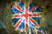 Drôme, Frankrijk - augustus 2021: Graffiti van Engelse vlag op een muur onder een brug. | Drôme, France - August 2021: Graffiti of English flag on a wall under a bridge.