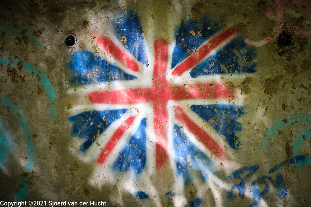 Drôme, Frankrijk - augustus 2021: Graffiti van Engelse vlag op een muur onder een brug.   Drôme, France - August 2021: Graffiti of English flag on a wall under a bridge.