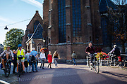 Fietsers en voetganger in de binnenstad van Delft.<br /> <br /> Cyclists and pedestrians in the city center of Delft.