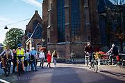Fietsers en voetganger in de binnenstad van Delft.<br /> <br /> Cyclists and pedestrians in the city center of Delft.