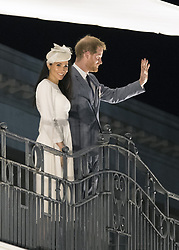 AU_1379028 - suva, FIJI  - Prince Harry and Meghan Markle wave from a balcony in Suva, Fiji.<br />