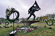 Nederland, Nijmegen, 10-5-2020 In Nijmegen vindt de dodenherdenking op 4 mei plaats bij het monument, oorlogsmonument,herinneringsmonument, van verzetsheld Jan van Hoof die voorkwam dat de Waalbrug werd opgeblazen tijdens operatie Market Garden in september 1944 . Dit jaar gebeurde dat vanwege de coronamaatregelen door de burgemeester, zonder publiek, die een toespraak hield die live online streaming te volgen was . De kransen blijven daarna nog enkele dagen hangen .Foto: Flip Franssen