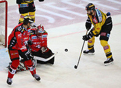 05.01.2018, Albert Schultz Halle, Wien, AUT, EBEL, Vienna Capitals vs HC Orli Znojmo, 37. Runde, im Bild Michal Plutnar (HC Orli Znojmo), Tomas Halasz (HC Orli Znojmo) und MacGregor Sharp (UPC Vienna Capitals) // during the Erste Bank Icehockey League 37th Round match between Vienna Capitals and HC Orli Znojmo at the Albert Schultz Ice Arena, Vienna, Austria on 2018/01/05. EXPA Pictures © 2018, PhotoCredit: EXPA/ Thomas Haumer