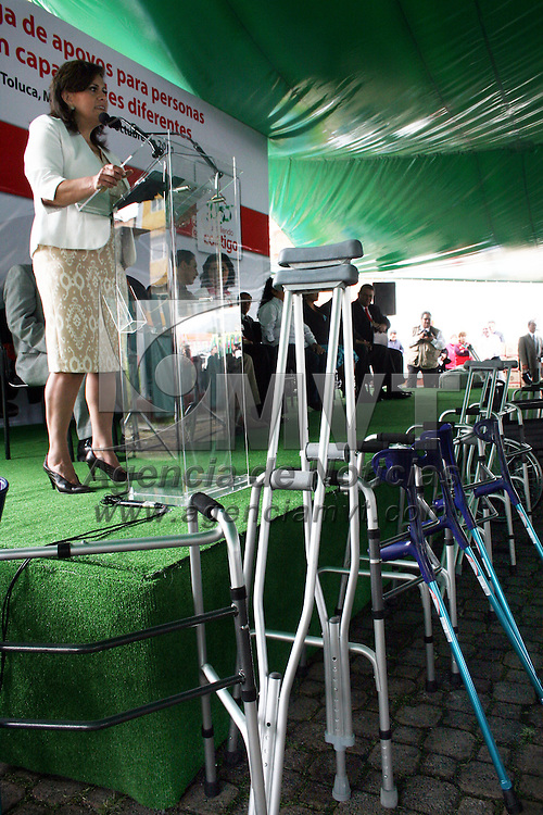 TOLUCA, México.- María Elena Barrera Tapia, alcaldesa de Toluca hizo entrega de 243 apoyos funcionales, como sillas de ruedas, andaderas, bastones y muletas, apoyos económicos y despensas a personas que sufren alguna discapacidad. Agencia MVT / José Hernández. (DIGITAL)