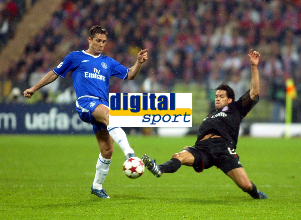Fotball<br /> England 2004/2005<br /> Foto: SBI/Digitalsport<br /> NORWAY ONLY<br /> <br /> Bayern München v Chelsea<br /> <br /> Champions League Quarter Final 2nd leg.<br /> 12/04/2005<br /> <br /> Frank Lampard nips the ball away from Michael Ballack of Bayern.