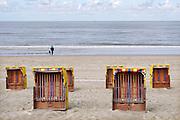 Nederland, Egmond aan zee, 27-8-2018Strand met strandhuisjes en wandelaarsFoto: Flip Franssen