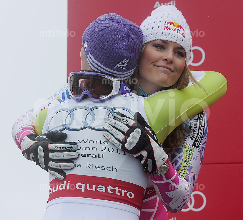 Ski Alpin  Weltcup -Finale Frauen  Saison  2010/2011   19.03.2011 Lindsey Vonn (re, USA) gratuliert Maria Riesch (GER) zum gewinn des Gesamtweltcup