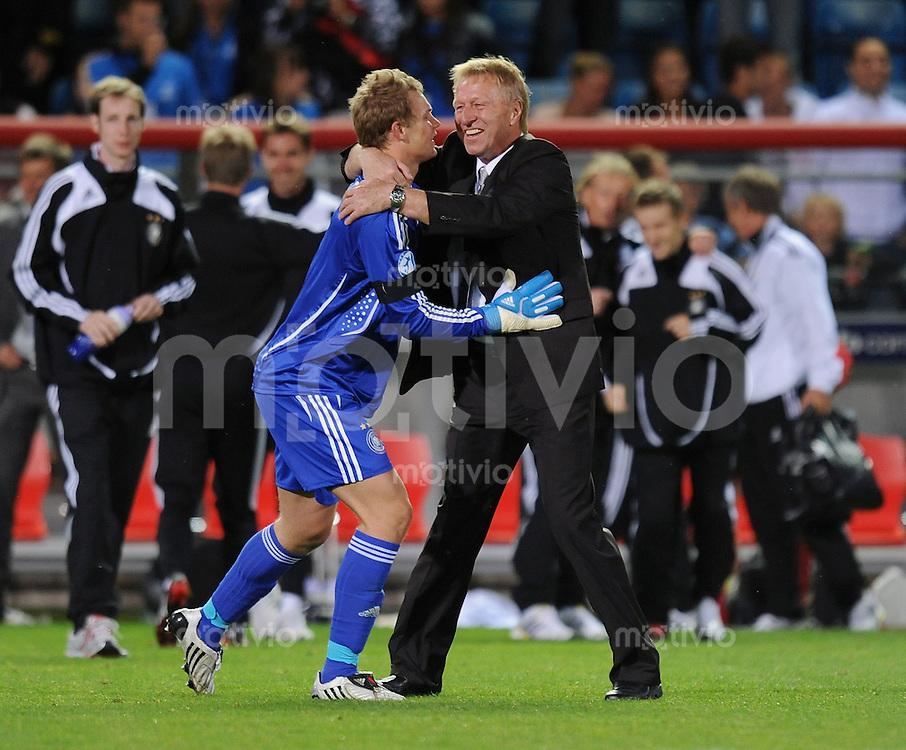 Fussball  International U 21 Europameisterschaft 2009   26.06.2009 Halbfinale Italien - Deutschland  JUBEL GER; Trainer Horst Hrubesch (re) umarmt  Torwart Manuel Neuer