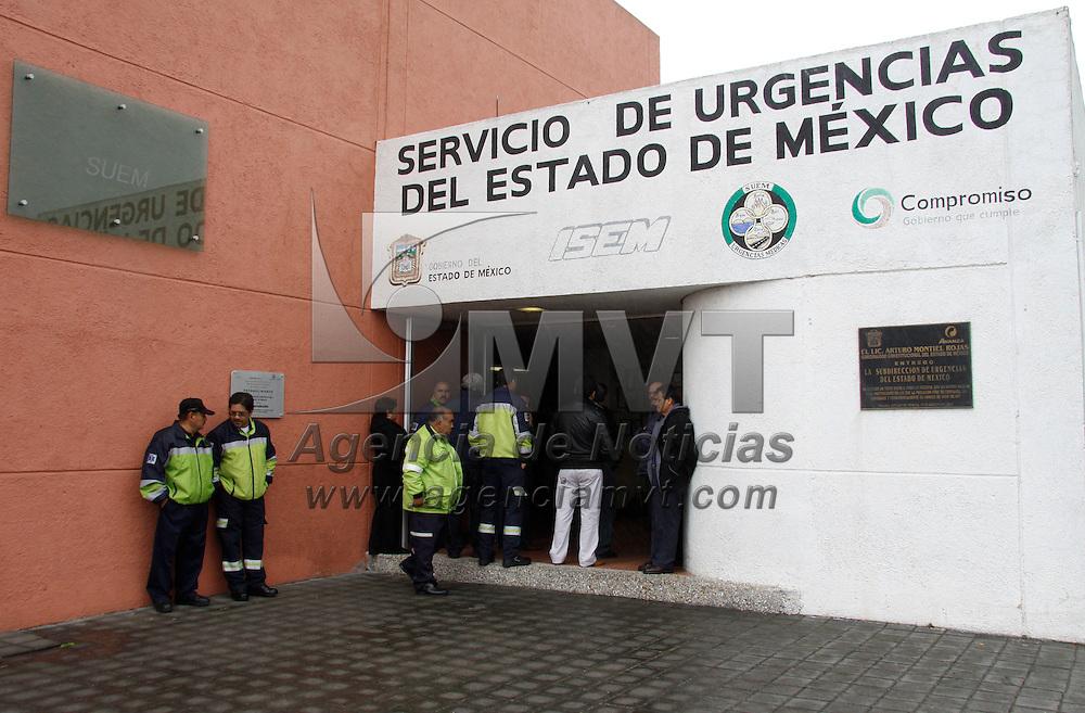 Toluca, México.- Familiares, amigos y compañeros de José Arturo Jaimes Hernández, paramédico del SUEM, lo despidieron con un homenaje de cuerpo, después de haber dedicado 36 años de su vida al servicio publico en esta corporación. Agencia MVT / Crisanta Espinosa