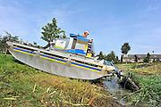 Nederland, Elst, 16-9-2011Een rupsvoertuig van het waterschap rivierenland maait de rietkraag aan de oever van een sloot.Foto: Flip Franssen/Hollandse Hoogte