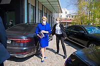 DEU, Deutschland, Germany, Berlin, 28.04.2021: Bundesfamilienministerin Franziska Giffey (SPD) kommt mit einem Dienstwagen bei der Bundespressekonferenz an.