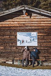 THEMENBILD - ein älteres Paar sitzt auf einer Bank und geniesst die Sonne am Winterwanderweg, aufgenommen am 10. Januar 2021 in Zell am See, Oesterreich // An elderly couple sits on a bench and enjoys the sun on the winter hiking trail in Zell am See, Austria on 2021/01/10. EXPA Pictures © 2021, PhotoCredit: EXPA/ JFK