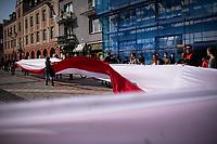 Bialystok, 18.04.2021. Bialostocki Marsz ZAKONCZYC SZALENSTWO przeciwko zamykaniu gospodarki i szkol oraz obostrzeniom covidovym. Marsz zorganizowala osoba prywatna ktora na fejsbukowym profilu zaprasza wszystkich, ktorzy martwia sie o Polske. N/z uczestnicy marszu z wielka bialo-czerwona flaga fot Michal Kosc / AGENCJA WSCHOD