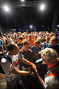 Nederland, Nijmegen, 20-7-2010Foto gemaakt tussen 3.00 en 3.30 uur.Op de Wedren startten om 3 uur de eerste lopers van de 4daagse. De eerste meters door de stad werden zij aangemoedigd door bezoekers van de zomerfeesten die het laat hadden gemaakt. Dit jaar wordt voor het eerst gewerkt met polsbandjes met een barcode die de controle op het parcours makkelijker maakt. Vanwege het verwachte warme weer op dinsdag wordt die eerste dag een half uur eerder gestart en worden extra waterpunten ingericht.Foto: Flip Franssen/Hollandse Hoogte