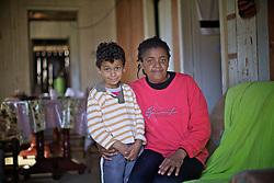 Claudia Maria da Silva Antonio, 39 e o filho Leonardo Vilmar Antonio, 6, que sao contra as opinioes da associacao de quilombolas de Morro Alto, no municipio de Maquine, no interior do Rio Grande do Sul. FOTO: Jefferson Bernardes / Preview.com