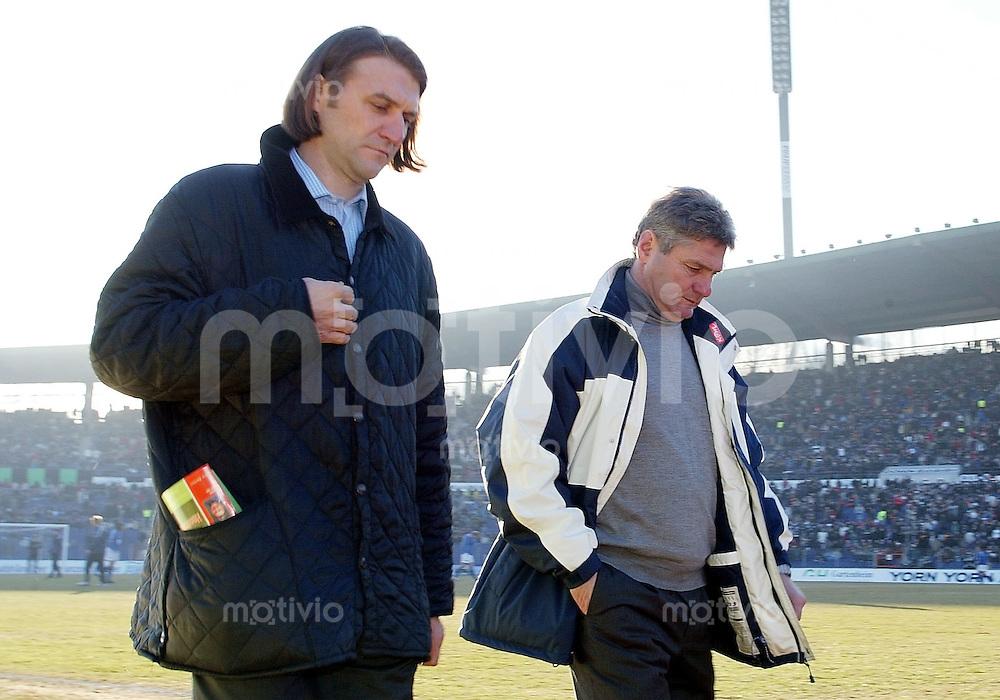 Fussball / 1. Bundesliga Saison 2002/2003 Dietmar Beiersdorfer (Sportlicher Leiter, links) und Kurt Jara (Trainer, rechts) Hamburger SV