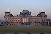 24 MAR 2003, BERLIN/GERMANY:<br /> Reichstagsgebaeude, Sitz des Deutschen Bundestages,  Westseite bei Sonnenuntergang, der sich in den Scheiben spiegelt<br /> IMAGE: 20030324-04-001<br /> KEYWORDS: Reichstagsgebäude, Westportal