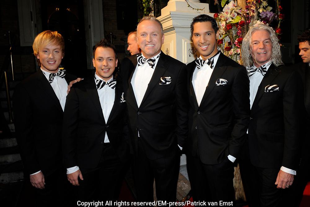 Uitreiking Beau Monde Awards in het Amstel Hotel, Amsterdam.<br /> <br /> Op de foto:  L.A. the Voices met Gordon
