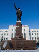 Reinigungskräfte beseitigen Schnee an der Lenin Skulptur auf dem Lenin Platz im Zentrum von Jakutsk. Jakutsk hat 236.000 Einwohner (2005) und ist Hauptstadt der Teilrepublik Sacha (auch Jakutien genannt) im Foederationskreis Russisch-Fernost und liegt am Fluss Lena. Jakutsk ist im Winter eine der kaeltesten Grossstaedte weltweit mit durchschnittlichen Winter Temperaturen von -40.9 Grad Celsius. Die Stadt ist nicht weit entfernt von Oimjakon, dem Kaeltepol der bewohnten Gebiete der Erde.Die Stadt ist nicht weit entfernt von Oimjakon, dem Kaeltepol der bewohnten Gebiete der Erde.<br /> <br /> People are cleaning snow around around the Lenin sculpture at Lenin square in Yakutsk. Yakutsk is a city in the Russian Far East, located about 4 degrees (450 km) below the Arctic Circle. It is the capital of the Sakha (Yakutia) Republic (formerly the Yakut Autonomous Soviet Socialist Republic), Russia and a major port on the Lena River. Yakutsk is one of the coldest cities on earth, with winter temperatures averaging -40.9 degrees Celsius.