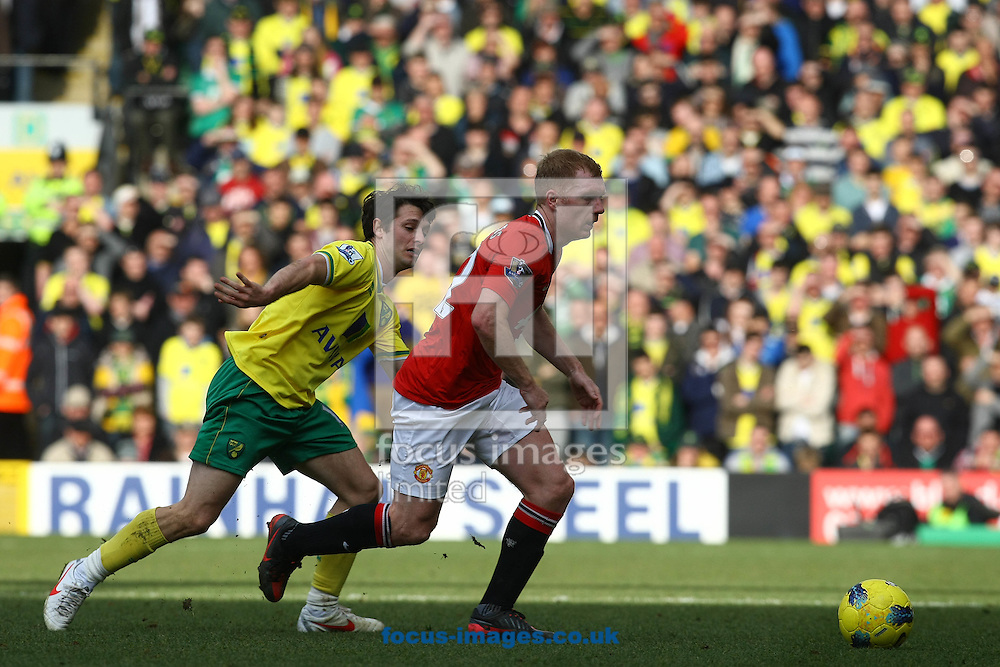 Picture by Paul Chesterton/Focus Images Ltd.  07904 640267.26/02/12.Paul Scholes of Man Utd and Wes Hoolahan of Norwich in action during the Barclays Premier League match at Carrow Road Stadium, Norwich.