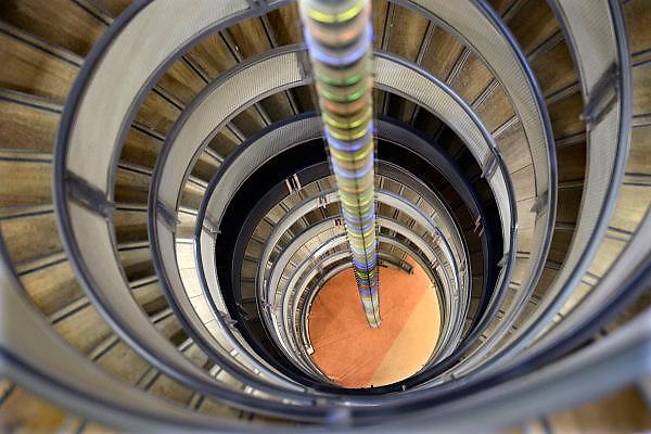 Nederland, Nijmegen, 3-9-2013Wenteltrap in de researchtoren van het UMC Radboud van de Universiteit Nijmegen. De trap heeft de vorm van een DNA molecuul,  dubbele helixstructuur. In het gebouw huizen de zgn. biomedische levenswetenschappen.Foto: Flip Franssen