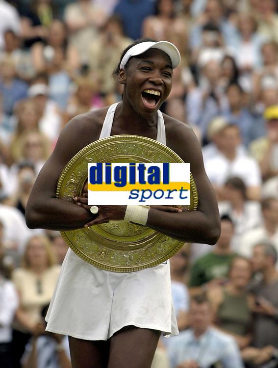 Tennis<br /> Foto: Colorsport/Digitalsport<br /> NORWAY ONLY<br /> <br /> Venus Williams (USA) hugs the winners plate. Venus Williams v Lindsay Davenport. Ladies Singles Final. 2/7/2005. Centre Court.  Wimbledon Tennis Championships 2005.