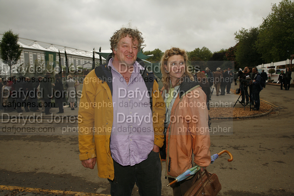 JULIAN AND ISABEL BANNERMAN. Press Preview of the RHS Chelsea Flower Show sponsored by Saga Insurance Services. Royal Hospital Rd. London. 22 May 2006. ONE TIME USE ONLY - DO NOT ARCHIVE  © Copyright Photograph by Dafydd Jones 66 Stockwell Park Rd. London SW9 0DA Tel 020 7733 0108 www.dafjones.com