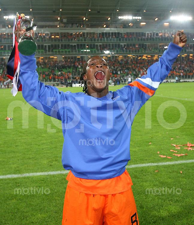 Fussball  International  U21-Europameisterschaft  FINALE Holland - Serbien       Royston DRENTHE (NED) jubelt mit dem EM Pokal