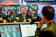 Koning Willem Alexander brengt een werkbezoek aan het Radiohuis van de Nederlandse Publieke Omroep (NPO) in Hilversum. Het bezoek staat in het teken van het medium radio, dat dit jaar in Nederland honderd jaar bestaat.<br /> <br /> Op de foto:    Koning Willem-Alexander in gesprek met dj Bart Arens