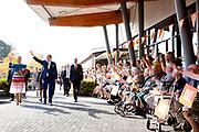 Koning Willem-Alexander en koningin Maxima brengen een streekbezoek aan Schouwen-Duiveland en Tholen in de provincie Zeeland. <br /> <br /> King Willem-Alexander and Queen Maxima pay a regional visit to Schouwen-Duiveland and Tholen in the province of Zeeland.<br /> <br /> Op de foto / On the photo: Aankomst van Willem Alexander en Maxima  bij Zorgcentrum De Schutse  //Arrival of Willem Alexander and Maxima at Care Center De Schutse