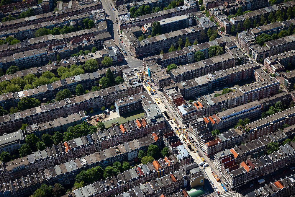 Nederland, Amsterdam, de Pijp, 12-05-2009; Ferdinand Bolstraat, tussen Albert Cuypstraat (onder in beeld met zebra) en Ceintuurbaan (diagonaal van links in midden naar rechts boven). De bouwput in de Ferdinand Bol is voor het toekomstige station Centuurbaan van de Noord/Zuidlijn. Overview from the air on of the construction site of the underground (metro). Digging activities have been stopped now because of the subsidence risk..Swart collectie, luchtfoto (toeslag); Swart Collection, aerial photo (additional fee required).foto Siebe Swart / photo Siebe Swart