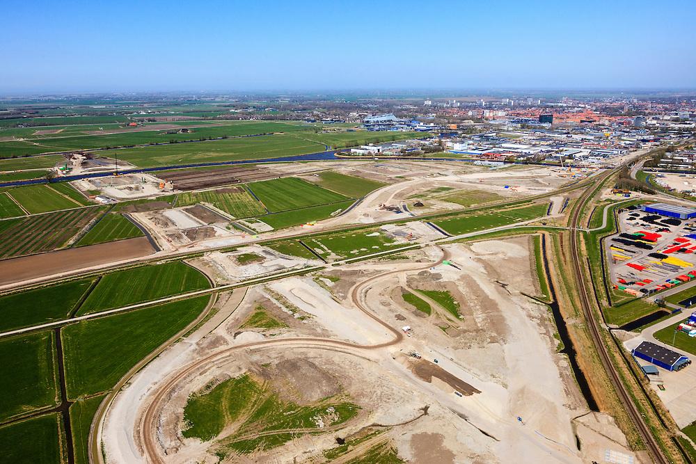 Nederland, Friesland, Leeuwarden, 01-05-2013; aanleg N31 de Haak om Leeuwarden. Nieuwe spoorkruising en aansluiting lokale wegen, bedrijventerrein Newtonpark. Gezien naar aquaduct Van Harinxmakanaal, Leeuwarden in de achtergrond..De nieuwe rijksweg vormt de verbinding tussen de huidige A31 bij Marsum en de N31 bij Hemriksein (Wâldwei)..Construction site of new motorway junction of the N31 near Leeuwarden(back), crossing the railway, connects business park(r)..luchtfoto (toeslag op standard tarieven).aerial photo (additional fee required).copyright foto/photo Siebe Swart