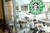 21 AUG 2002, BERLIN/GERMANY:<br /> Kunden einer Filiale der US-Kette Starbucks Coffee, Friedrichstrasse<br /> IMAGE: urban20020821-02-002<br /> KEYWORDS: Caffee-Bar, Kaffee, Cafe, Logo