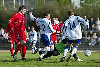 Oslo Øst - Haugesund 1-1 1. juni 2003, Lambertseter. 1. divisjon fotball menn.<br /> <br /> Jostein Grindhaug, Haugesund scorer got Haugesund. Kjetil Rødahl (14 Haugesund) med ryggen i mot. Keeper Oslo Øst, Espen Isaksen klarer ikke avverge.<br /> <br /> (Bildeserie scoring: 2 av 4)<br /> <br /> (Foto: Tomm Hansen / Digitalsport)