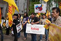 DEU, Deutschland, Germany, Berlin, 25.04.2015: Demonstration von Südvietnamesen vor der vietnamesischen Botschaft gegen das kommunistische Regime in Vietnam. Vor 40 Jahren (am 30.4.1975) wurde der Süden Vietnams durch einen Einmarsch nordvietnamesischer Truppen zwangsvereint. Die gelbe Fahne mit roten Streifen ist die südvietnamesische Flagge (1948-1975).