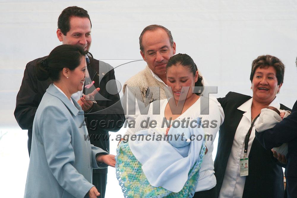 Jiquipilco, Mexico.- El Presidente Felipe Calderón Hinojosa y el gobernador del Estado de Mexico, Eruviel Avila Villegas, durante la puesta en marcha de la tercera semana de vacunación. Agencia MVT / Jose Hernandez. (DIGITAL)