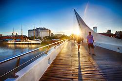 Puente de la Mujer (Ponte das Mulheres) é uma ponte em Puerto Madero é um bairro nobre da cidade de Buenos Aires. Hoje, é um dos bairros mais modernos da cidade, sendo um centro financeiro e gastronômico desta capital. FOTO: Jefferson Bernardes/Preview.com