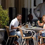 NLD/Amsterdam/20060509 - Nada van Nie en partner Brian Roy lunchen op een terras in Amsterdam