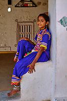 Inde, Gujarat, Kutch, village de Ludiya, population d'ethnie Meghwal, jeune fille // India, Gujarat, Kutch, Ludiya village, Meghwal ethnic group, young girl