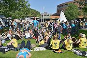 Nederland, Nijmegen, 27-8-2014 Eerstejaars studenten aan de hogeschool Arnhem Nijmegen, HAN, hebben een introductieweek. Onderdeel hiervan is de introductiemarkt. Hier staan o.a. studentenverenigingen, uitzendbureaus, politieke partijen en banken. Veel scholieren kiezen voor een voortgezette studie aan universiteit of hogeschool vanwege de onzekere arbeidsmarkt. Foto: Flip Franssen/Hollandse Hoogte