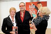 """DVD presentatie """"De Rob de Nijs Shows"""".Op deze dvd staan de 3 bewaard gebleven tv-shows met dezelfde naam. In de periode 1964-1966 maakte Rob de Nijs deze TV-shows voor de Vara .<br /> <br /> Op de foto: v.l.n.r. Ria Valk , Rob de Nijs en  Anneke Grönloh"""