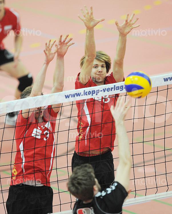 Volleyball1. Bundesliga  Saison  2012/2013   TV Rottenburg  - Netzhoppers KW-Bestensee  12.01.2012 Kevin Foyer (KW,mitte) gegen Felix Isaak (TVR,re) und Michael Neumeister (TVR,li) im Block