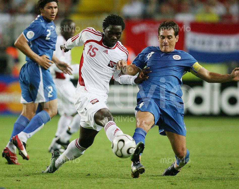 Fussball WM 2006 Vorrunde Paraguay - Trinidad & Tobago Carlos GAMARRA (RAR,re) gegen Kenwyne JONES (TRI,li)