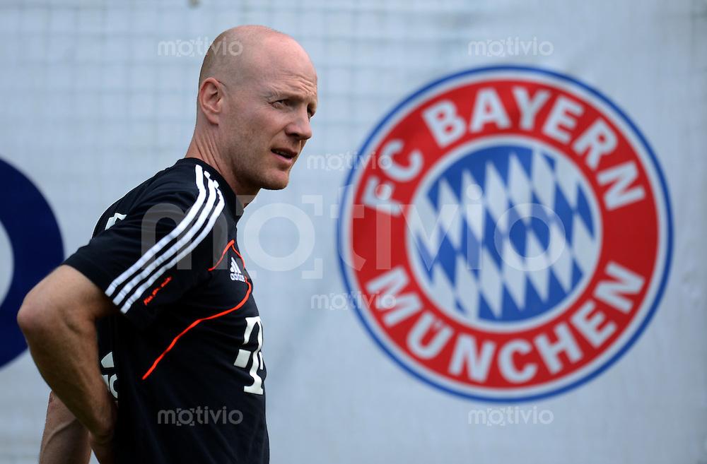 Fussball 1. Bundesliga:  Saison  Vorbereitung 2012/2013     Trainingslager des FC Bayern Muenchen 19.07.2012 Sportvorstand Matthias Sammer vor dem FCB Logo