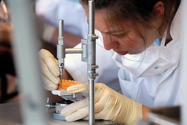 Nederland, Nijmegen, 24-10-2006..Student tandheelkunde oefent met een model van het gebit...Foto: Flip Franssen
