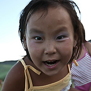 Mongolia. sunday in the countryside, children playing with family. Tumur batar. catle breeder family in Gatchurt area near.   gatchurt -  / un dimanche a la campagne, jeux d enfants en famille. tumur batar famille díeleveurs. mouton.  VALLEE DE GATCHURT. dans les environs de   Gatchurt - Mongolie / L0009365