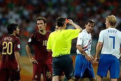 25-06-2006 VOETBAL: FIFA WORLD CUP: NEDERLAND - PORTUGAL: NURNBERG<br /> Oranje verliest in een beladen duel met 1-0 van Portugal en is uitgeschakeld / Scheidsrechter IVANOV Valentin (RUS) was helemaal de weg kwijt. Hij gaf maar liefst 16 gele en 4 rode kaarten - Deco, RICARDO CARVALHO, COCU Phillip <br /> ©2006-WWW.FOTOHOOGENDOORN.NL