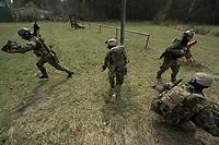 """03 APR 2012, LEHNIN/GERMANY:<br /> Kampfschwimmer der Bundeswehr trainieren """"an Land"""" infanteristische Kampf, hier Haeuserkampf- und Geiselbefreiungsszenarien auf einem Truppenuebungsplatz<br /> IMAGE: 20120403-01-047<br /> KEYWORDS: Marine, Bundesmarine, Soldat, Soldaten, Armee, Streitkraefte, Spezialkraefte, Spezialkräfte, Kommandoeinsatz, Übung, Uebung, Training, Spezialisierten Einsatzkraeften Marine, Waffentaucher"""