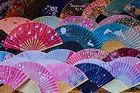 Japon, île de Honshu, région de Kansaï, Kyoto, vieux quartier de Sannenzaka, boutique d'éventails // Japan, Honshu island, Kansai region, Kyoto, old street of Sannenzaka, souvenir shop of the fan